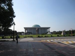 Det sydkoreanska parlamentet. Det var min favoritbyggnad. Det ser ut som en moské.